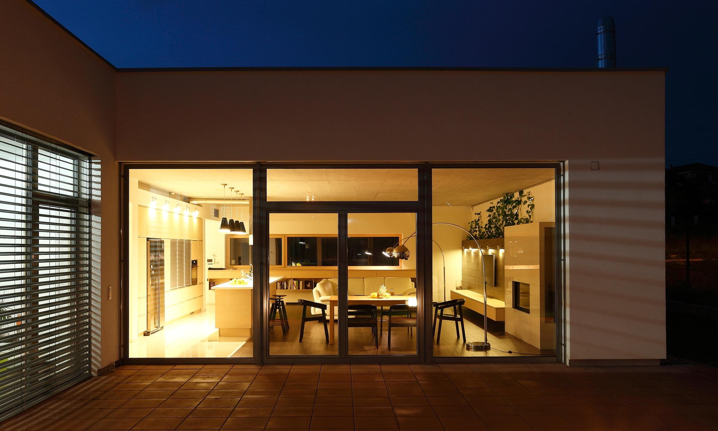 Modernes interieur im bungalow mit sichtbetondecke bratislava