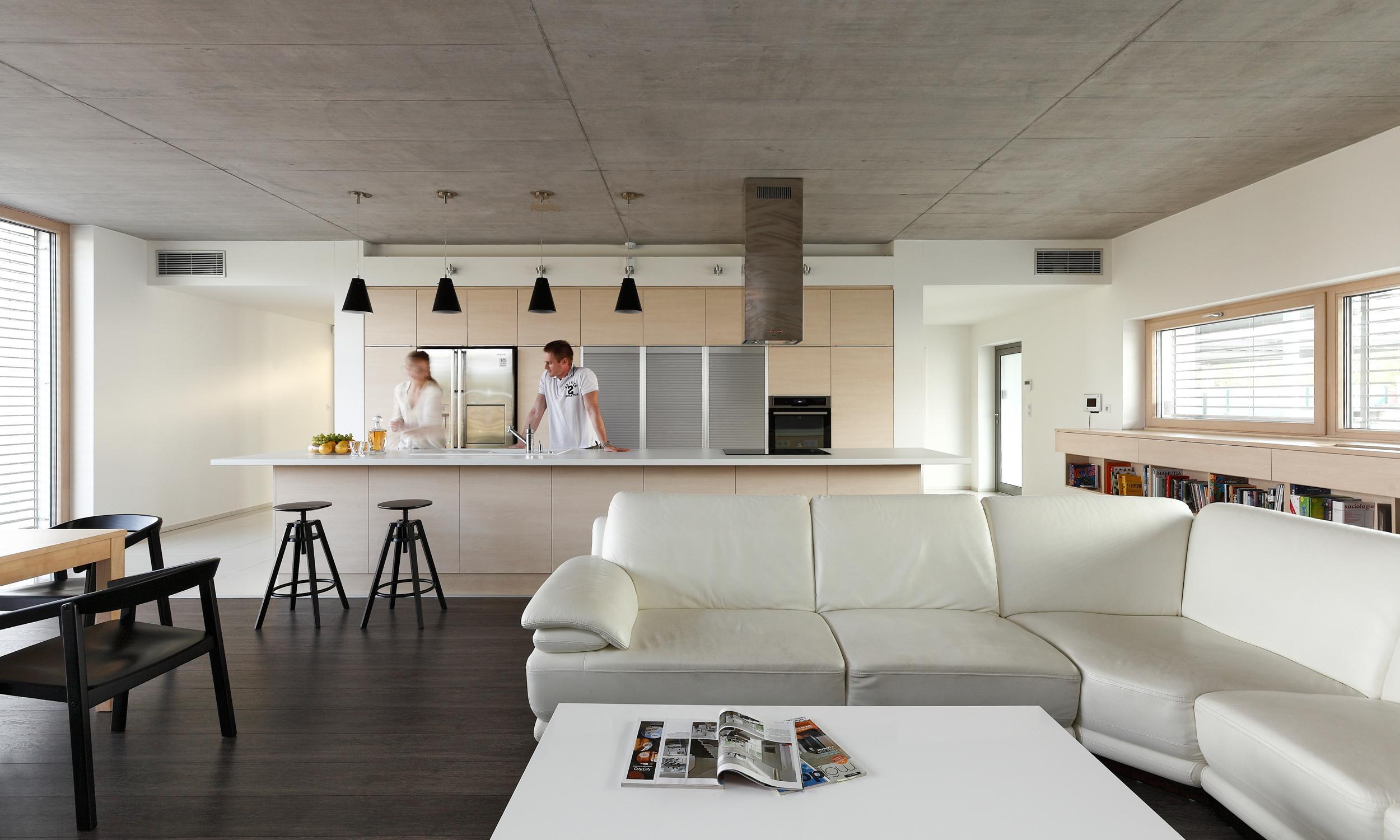 Modernes Interieur im Bungalow mit Sichtbetondecke ...